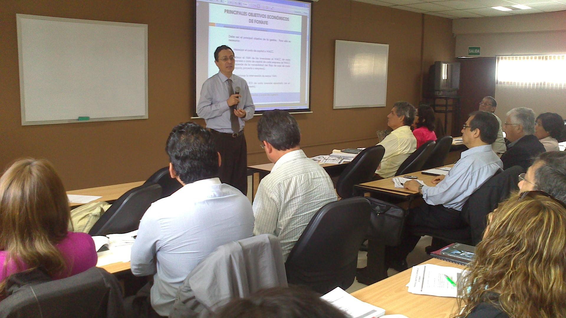 El profesor Arturo Barra expone sobre la regulación legal de la empresa pública peruana.