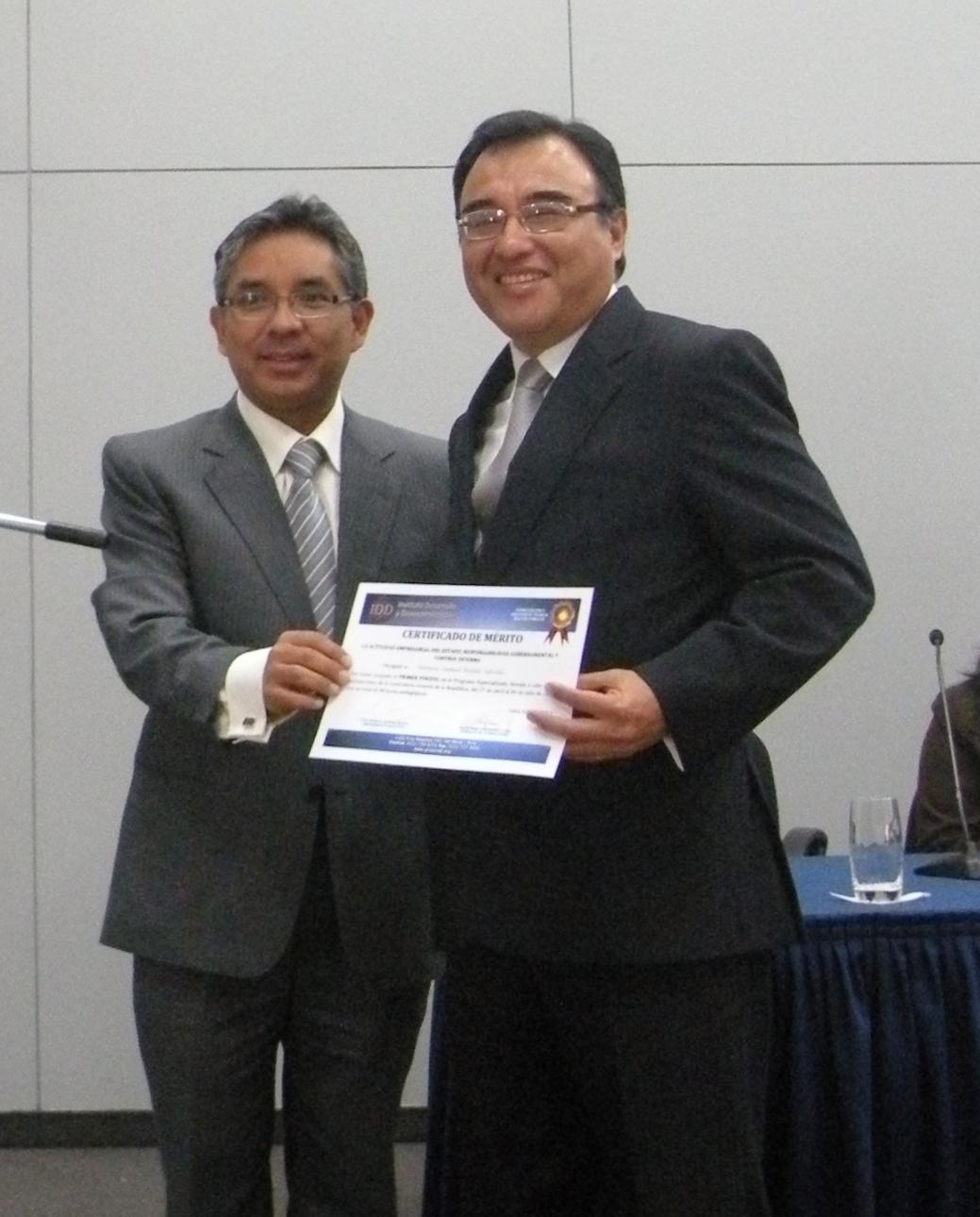 Samuel Bellido (derecha) recibe su diploma de manos de Robert Jiménez Murillo, Presidente Ejecutivo del IDD.
