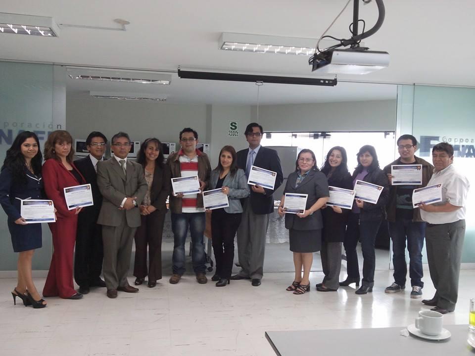 El grupo de aprobados de Lima, con sus diplomas acreditativos.