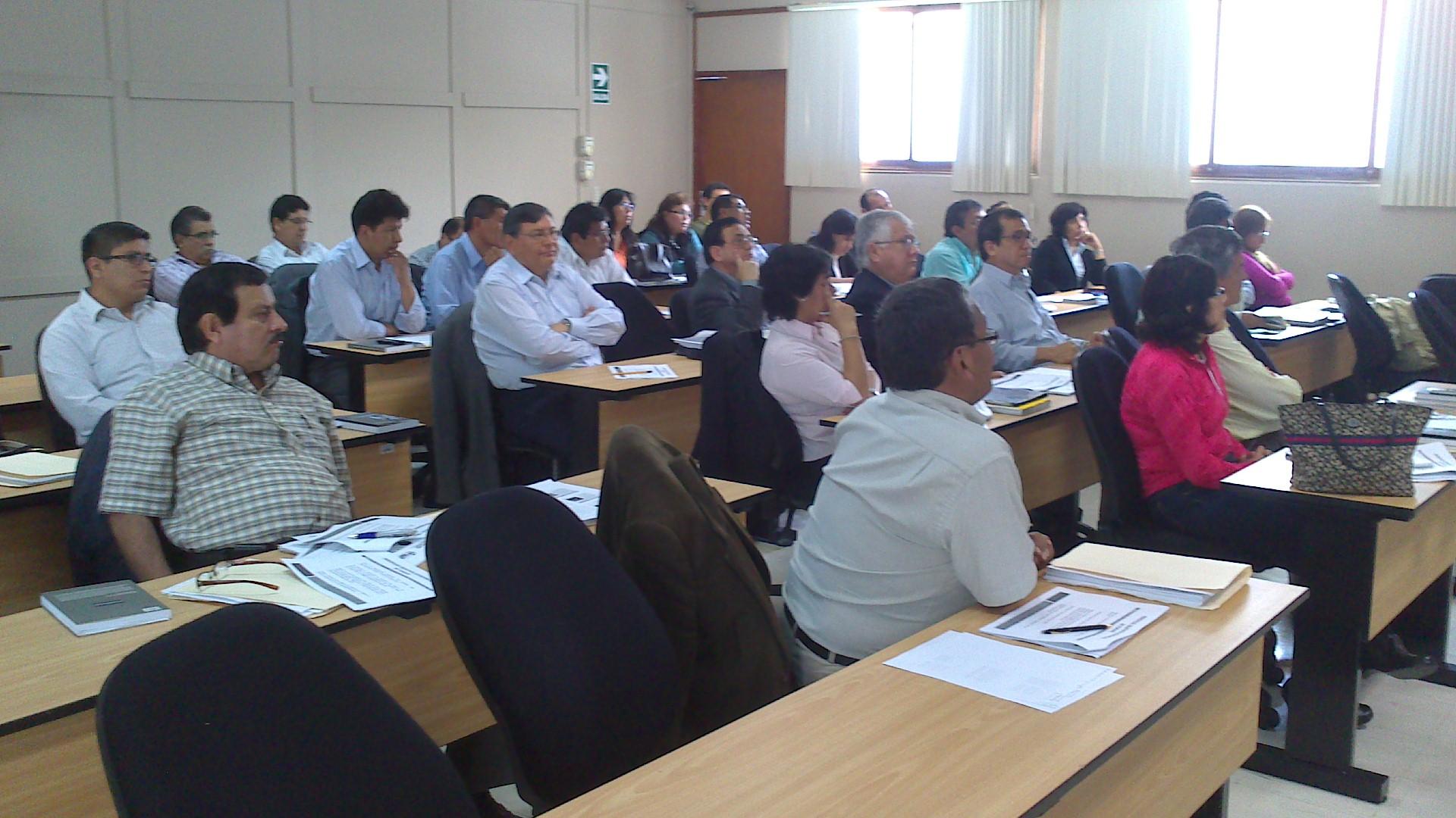 """Alumnos de """"La actividad empresarial del Estado"""" asisten a la sesión del sábado 18 de mayo de 2013."""